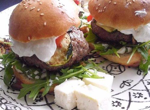 2burger-griechischer-art-mit-schafskaese-gefuelltem-bifteki