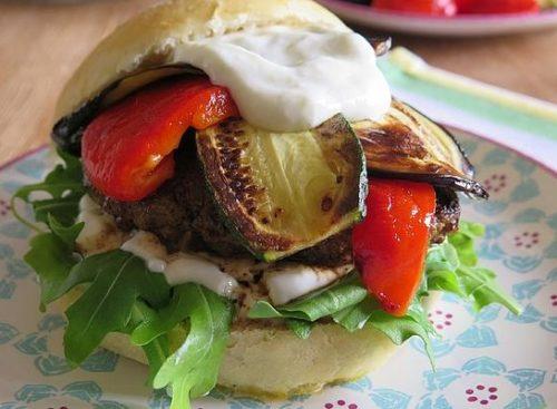 burger-griechischer-art-mit-schafskaese-gefuelltem-bifteki